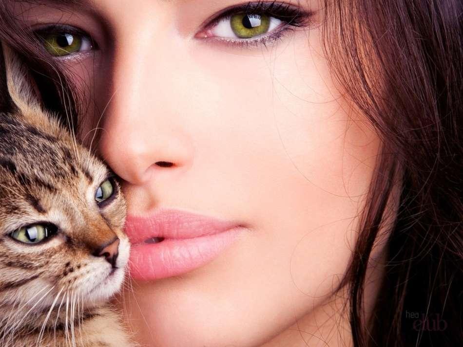 обнимает кота