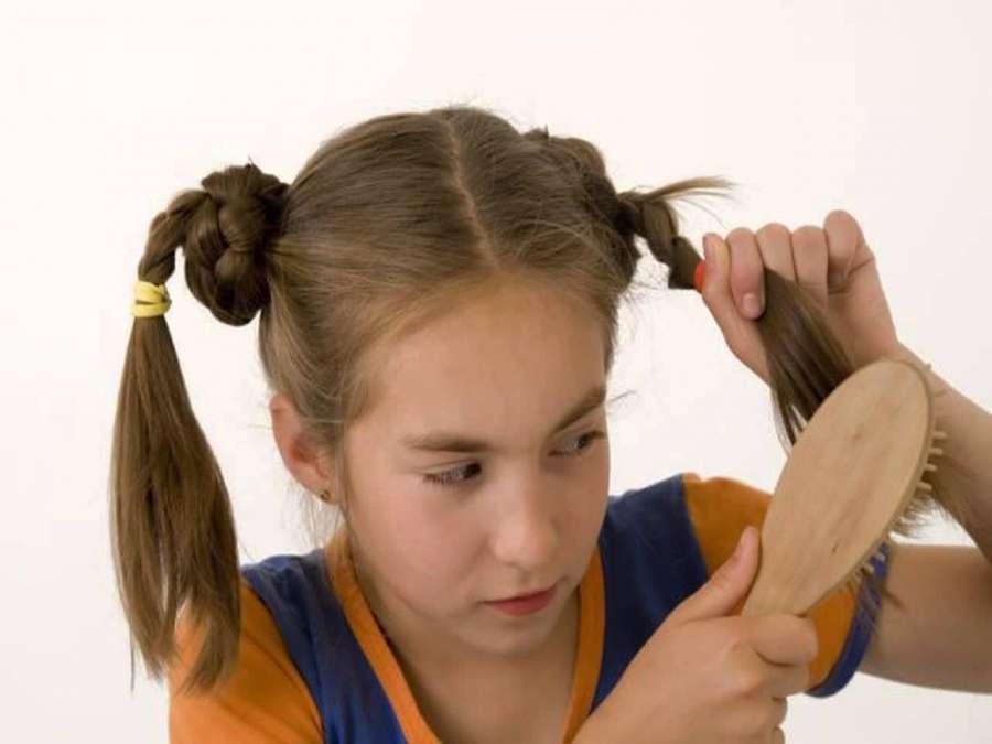 вычесывает волосы