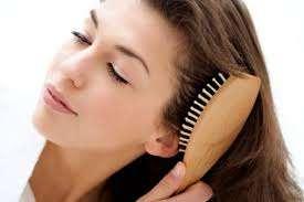 причесывает волосы