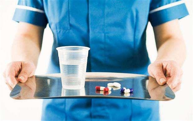 таблетки и стакан