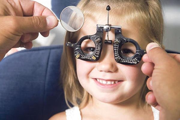 у девочки плохое зрение