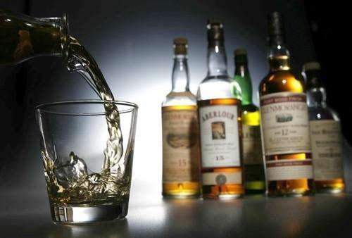 алкоголь наливают