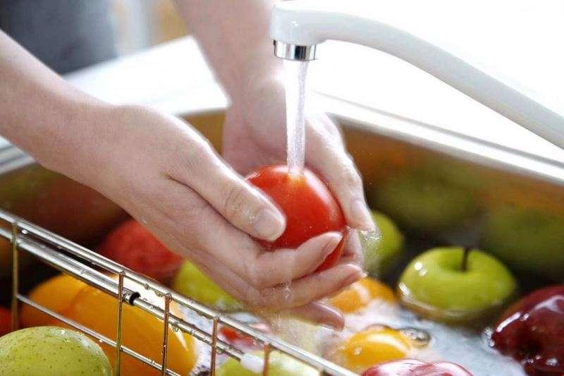 мыть овощи и фрукты