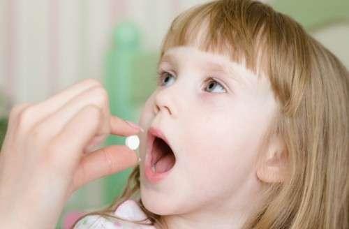 даем таблетку детям