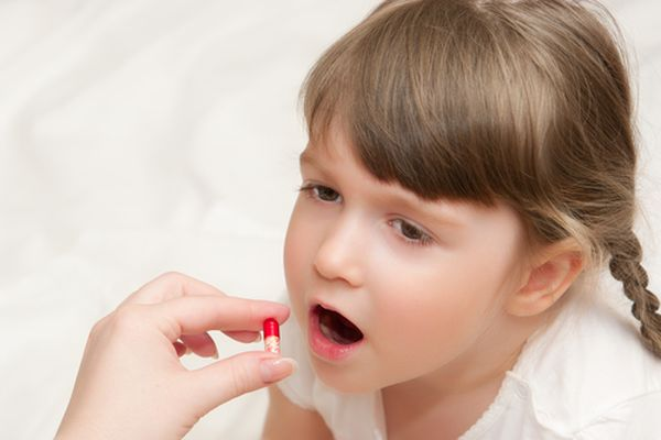 девочка с таблеткой